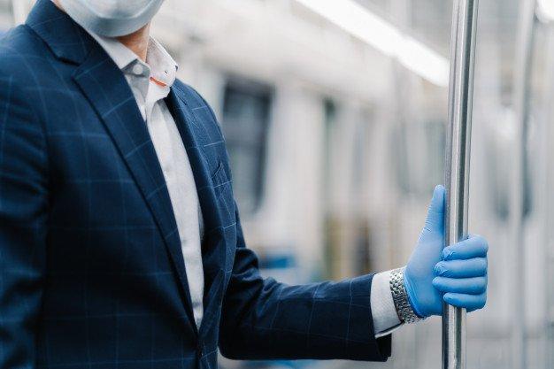 pasajero usa guante medico protector contra coronavirus toca pasamanos vagon metro posa transporte publico viste formalmente concepto virus influenza cuarentena cuidado salud 95891 2784